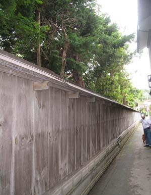 板塀で囲まれたお宅